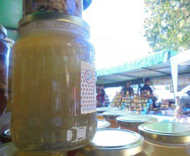 Apicultorii români etalează proprietățile terapeutice ale mierii, ca să reușească să o vândă en detail, la târguri; unii dintre ei hrănesc însă albinele cu siropuri produse industrial