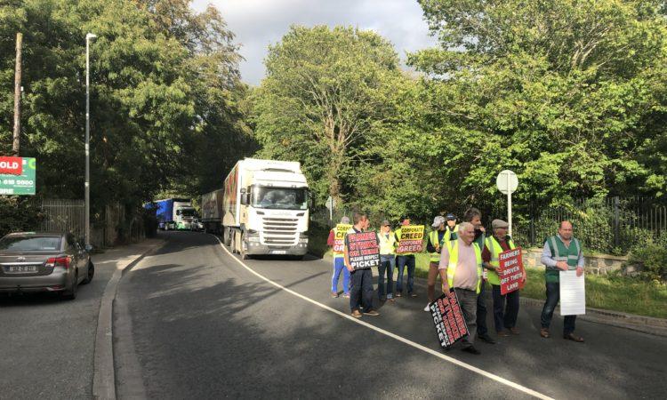 Fermierii din Irlanda continuă protestele