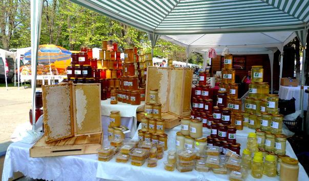 Apicultorii, greu încercați în acest sezon apicol din cauza condițiilor meteo nefavorabile, au venit la București să vândă mierea la cel mai mare târg apicol din țară