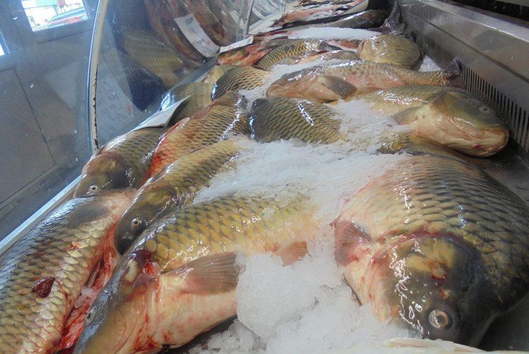 Magazinul de pește al lui Jan Mirică din Galați e încă deschis, dar vânzările au scăzut după ce restaurantele care organizau evenimente au tras obloanele
