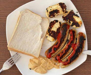 În lipsa micilor din România, un fost jurnalist stabilit în Marea Britanie a improvizat de 1 Mai un meniu cu bratwurst și brânză halloumi