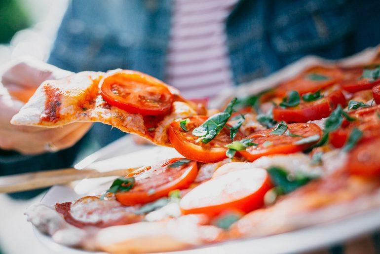 17 ianuarie, Ziua Internațională a Pizzei: americanii consumă mai multă pizza decât italienii; în plină pandemie, pizzeriile planetei supraviețuiesc prin livrare la domiciliu