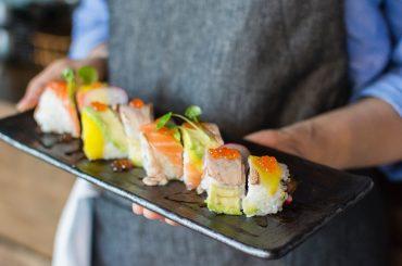 Nevoia te învață: un bucătar-șef din New York specializat în meniuri sushi a salvat afacerea în timpul pandemiei prin livrări la domiciliu în sistem omakase