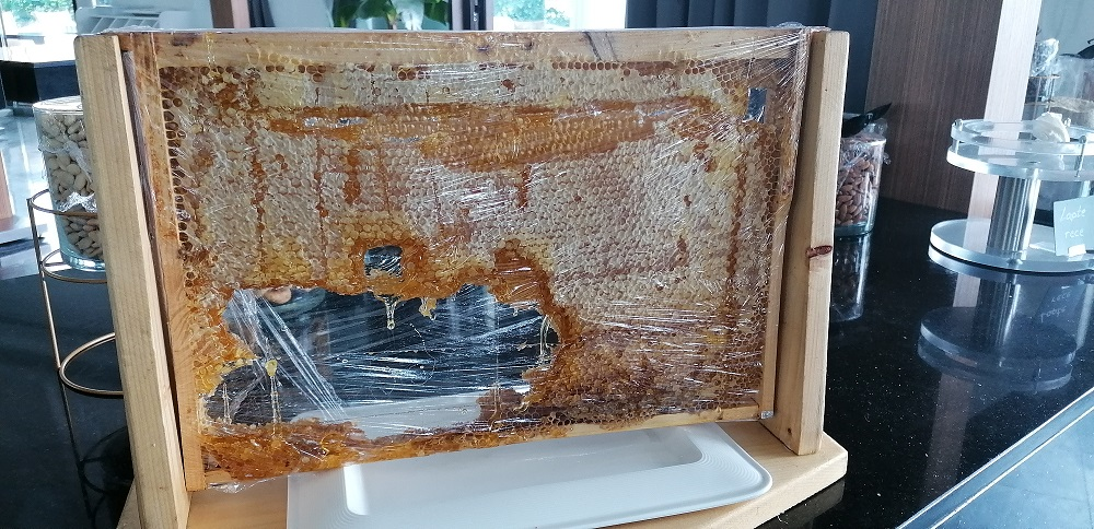 Fagure cu miere din România oferit la mic dejun clienților celui mai luxos hotel din Delta Dunării