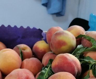 Onestitatea unui mic comerciant român: etichetează corect fructele din import; contrar propagandei anti-occidentale, fructele și legumele din import ajung nu numai în hypermarketuri, ci și în micile magazine